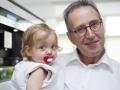 Opa met kleindochter en speen
