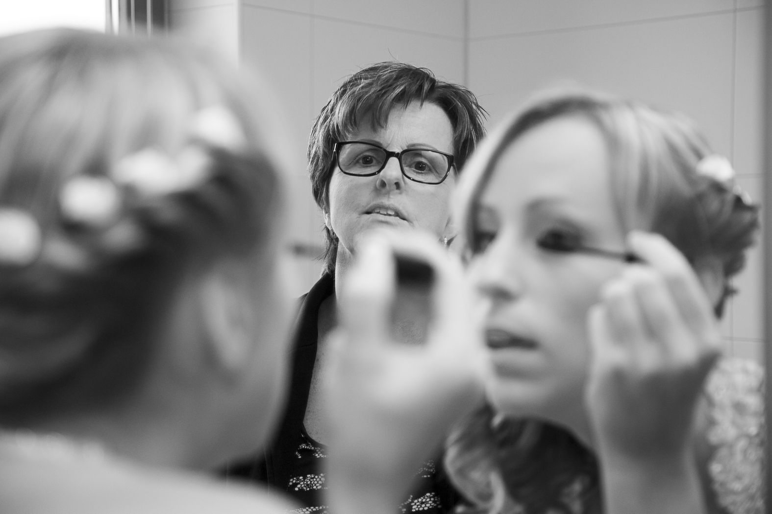 Voorbereidingen voor De dag, make up aanbrengen