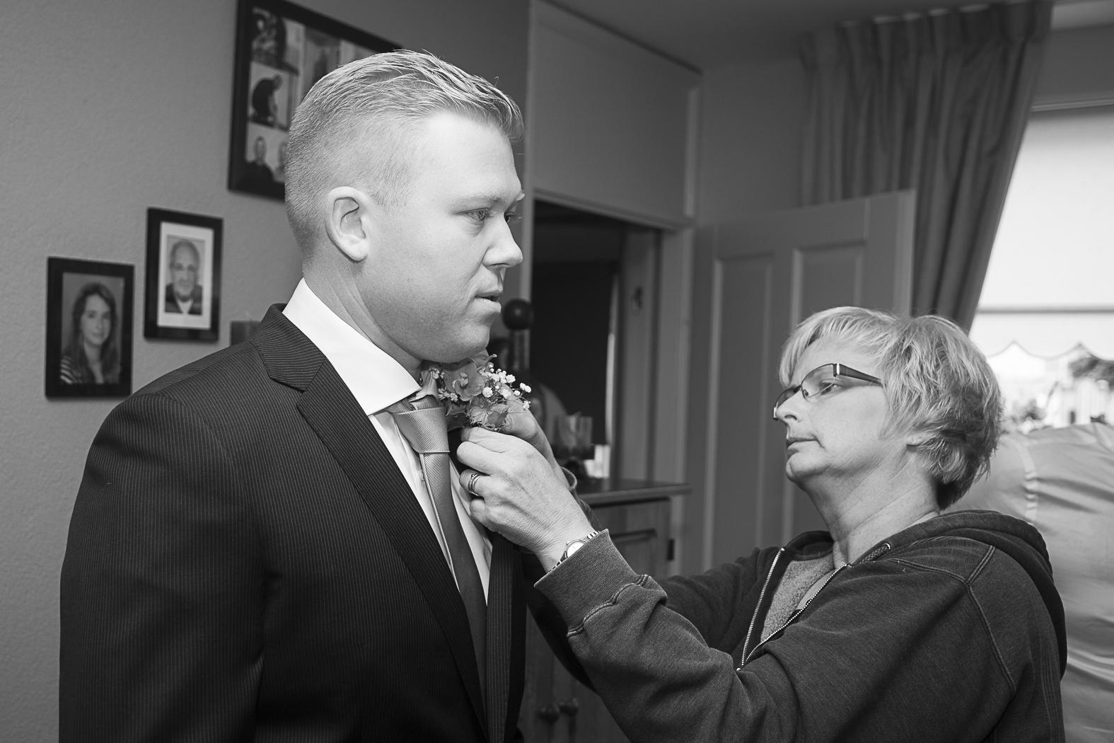 Bruidegom krijgt corsage opgespeld