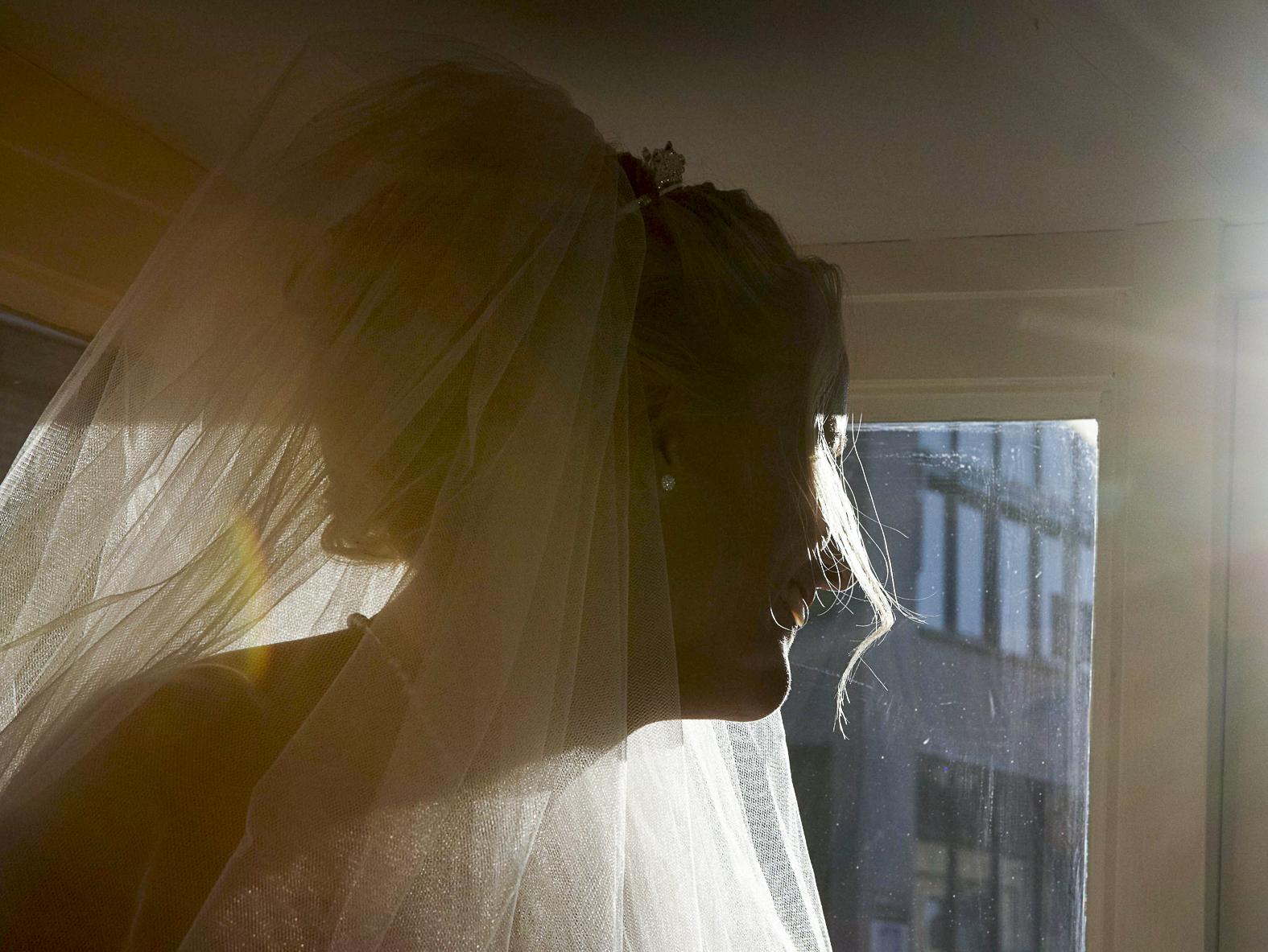 Bruid geniet van de zon