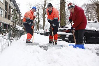 130121 Stoepjes senioren in Zeist gratis sneeuwvrij gemaakt door BIGA 4-border