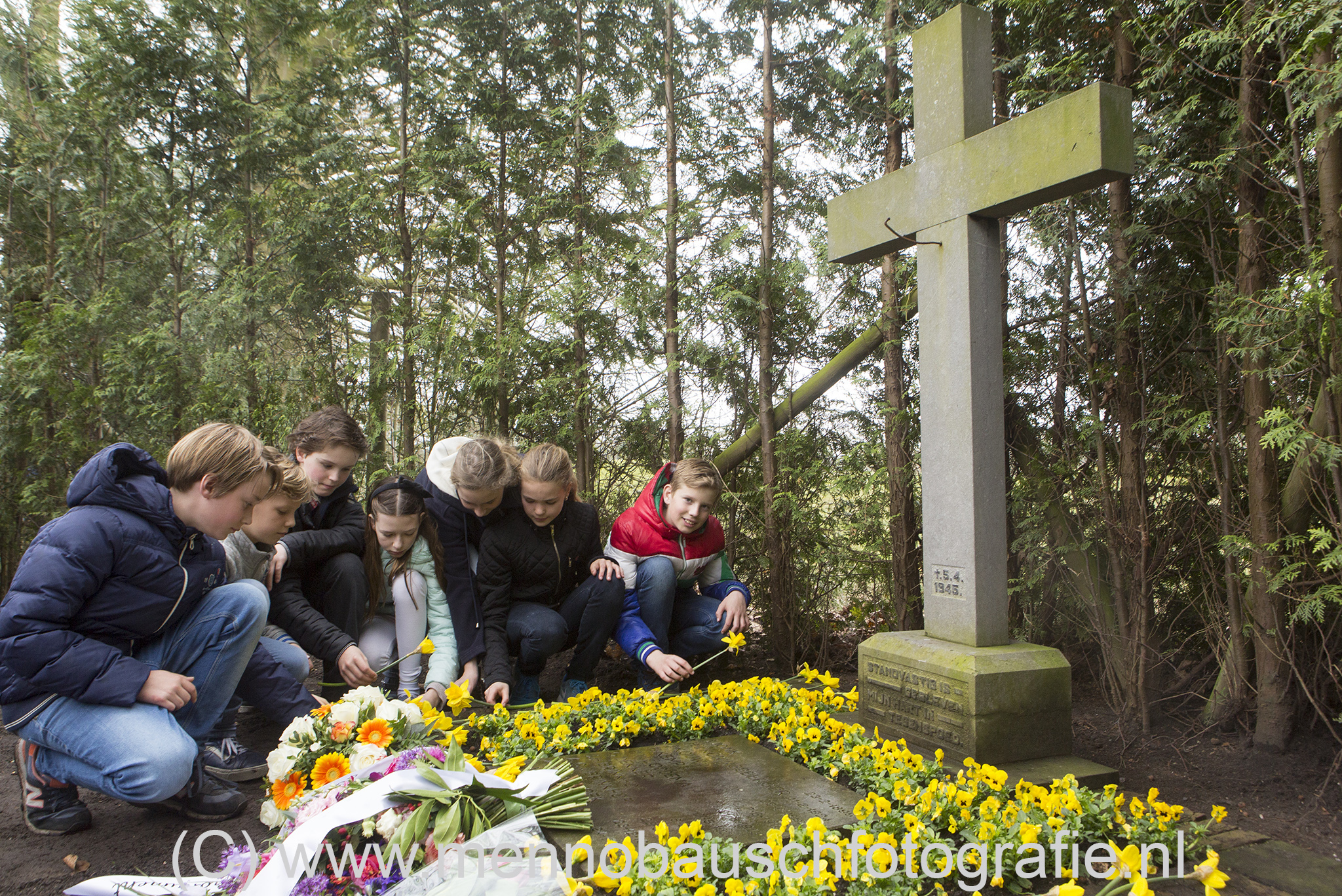 Kinderen van groep 7 en 8 van de basisschool De Kameleon uit Den Dolder hebben bij het oorlogsmonument bloemen neergelegd ter nagedachtenis aan de 10 personen die gefussileerd zijn op 5 april 1945. De school heeft het monument geadoppteerd. Bij de bloemen en kranslegging waren ook kinderen en klein kinderen van de slachtoffers aanwezig. Op donderdag 5 april 1945 omstreeks 7.30 uur, belde een Duitse militair het politiebureau in Zeist met de mededeling dat op de Soestdijkerweg ter hoogte van het perceel nummer 8, tien mannen waren doodgeschoten. Hij gaf opdracht maatregelen te nemen voor het vervoer van de stoffelijke overschotten. Toen de politie bij de genoemde plaats aankwam, vond zij op de verhoogde berm, ongeveer vijftien meter vanaf de Soestdijkerweg tien dode mannen liggen. In de boerderij op het adres Soestdijkerweg 8 woonde Hendrik Hilhorst. Hij verklaarde dat die morgen omstreeks 6.30 een autobus uit de richting van Utrecht was komen aanrijden en dat die vlakbij zijn boerderij was gestopt. Eerst stapten miltairen van de Duitse Wehrmacht uit en daarna tien mannen in burger. Deze tien mannen moesten zich in de berm in een rij opstellen. Tien of meer Duitse militairen vormden een executiepeleton, dat na het in het Duits gegeven commando 'feuer' op die mannen begon te schieten. De tien vielen op de grond, waarna vier mannen nog door één van de militairen een genadeschot kregen. Vervolgens stapten de militairen weer in de bus en reden weg. Het is goed mogelijk dat de executie bedoeld was als een represaillemaatregel voor een overval op twee SS'ers een week eerder in die omgeving. Eén SS'er werd daarbij gedood en de ander raakte zwaargewond.
